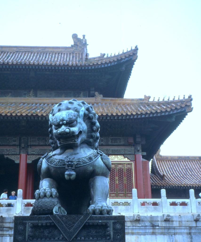 Jeweils zwei Bronzelöwen bewachen besonders wichtige Paläste. Sie symbolisieren die kaiserlichen Macht