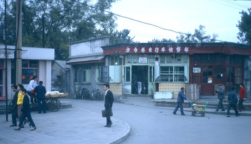 Man sieht noch oft die Kleidung aus der Mao-Zeit. Daneben der Herr im Anzug und mit Aktenkoffer