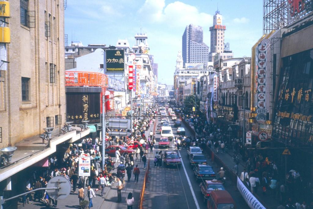 Die Haupt-Einkaufsstraße Shanghai´s ist immer voller Menschenmassen