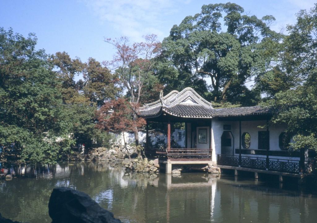 Die Elemente des Chinesischen Gartens: Wasser, Gebäude, Steine und Pflanzen. Und ein Bezug zur landschaftlichen Umgebung
