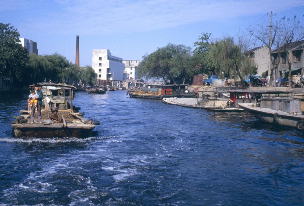Für Touristen ist eine Bootsfahrt auf dem Kaiserkanal ein eindrückliches Erlebnis