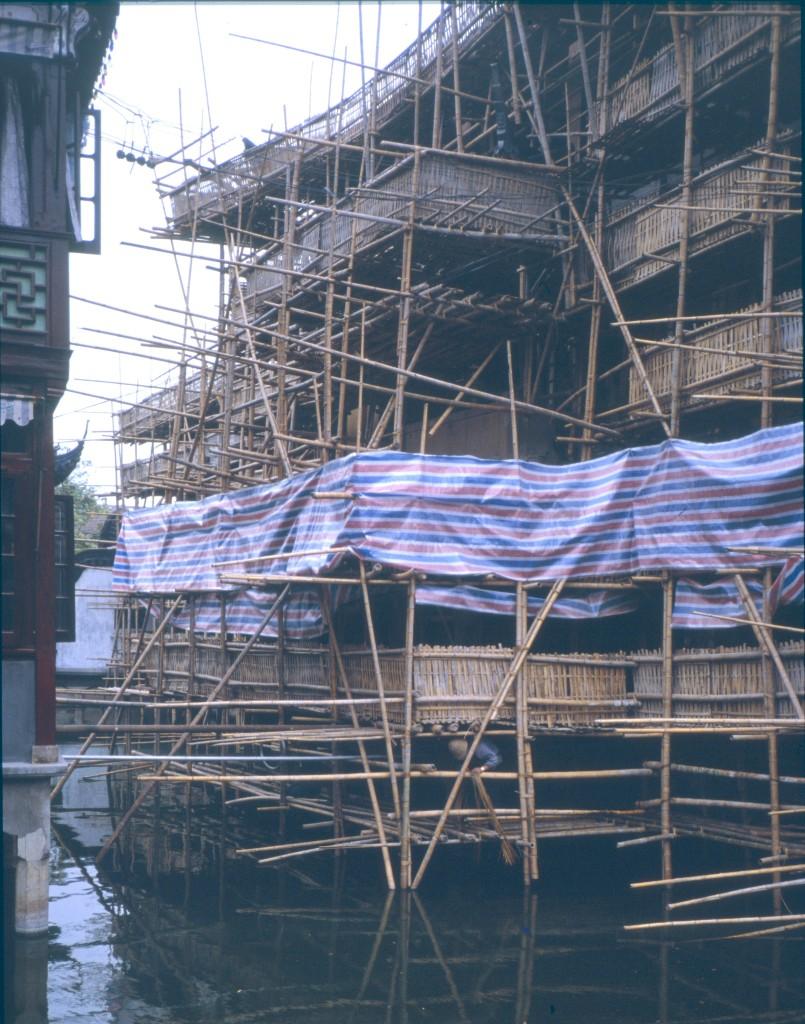 das Haus daneben ist mit einem Bambus-Gerüst eingerüstet
