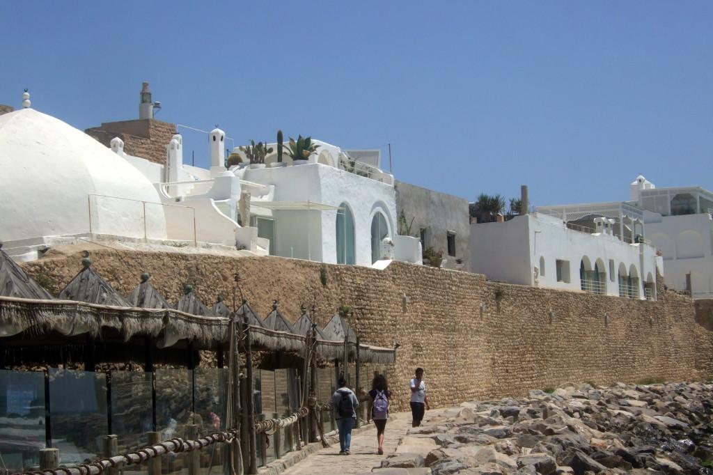 Die Medina direkt am Meer ist fast vollständig ummauert. In den Geschäften gibt es Souvenirs jeglicher Art, alles sehr überteuert