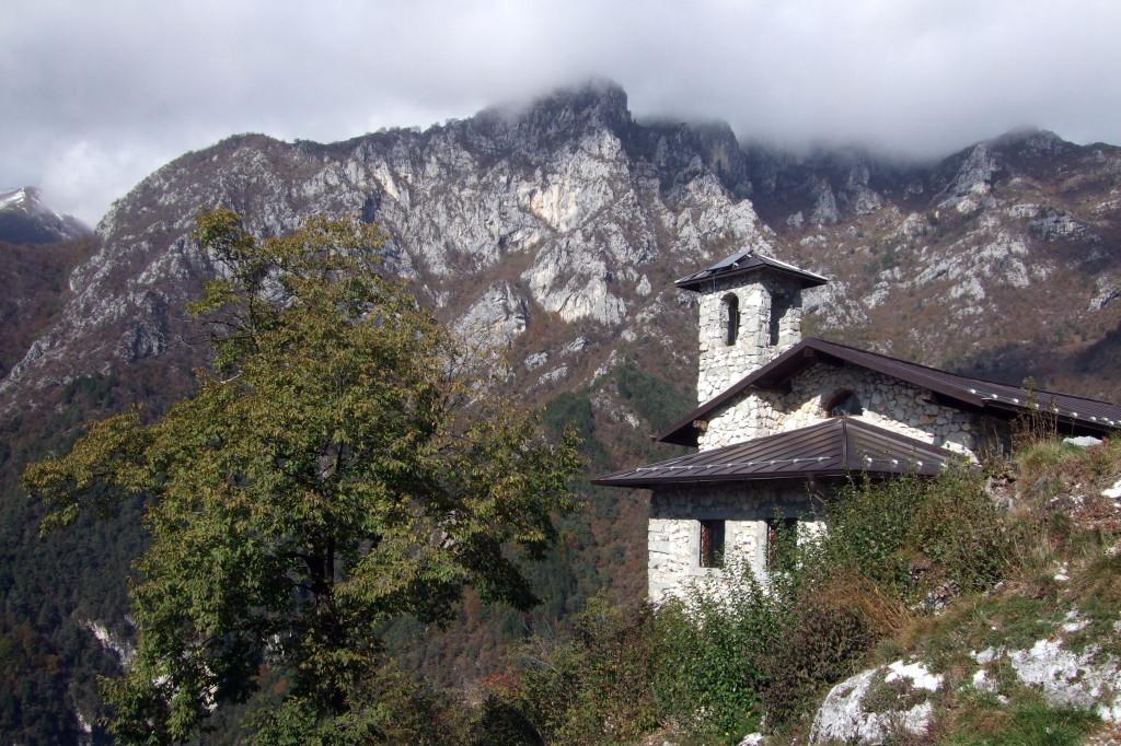 Durch den herbstlichen Wald hinauf zur Kapelle San Giovanni