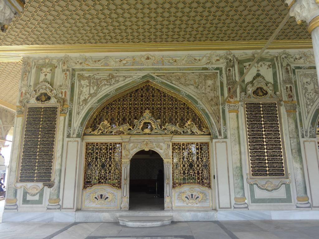 In der Ratskammer tagte der Staatsrat, die höchste Instanz im Staat, nach dem Sultan. Auch Abgesandte und Gäste wurden hier empfangen. Durch ein Gitter in der Wand konnte der Sultan den Beratungen und Audienzen unbemerkt zuhören.