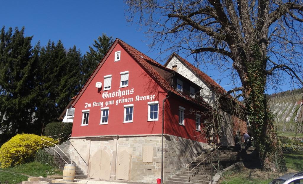 """In der Wirtschaft """"Krug zum grünen Kranz"""" in Gundelsbach, direkt an den Weinbergen, kann man im Freien sitzen. Leider ist es noch zu früh für die Einkehr"""