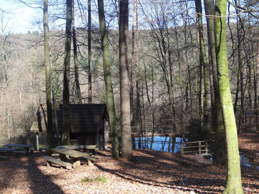 Hier wird gegrillt! Die Freizeitanlage mit Grill- und Spielplatz im Gundelsbacher Täle lädt zu allerlei Aktivitäten ein. Sogar eine Quelle und einen aufgestauten See gibt es hier, das Beinsteiner Seele.