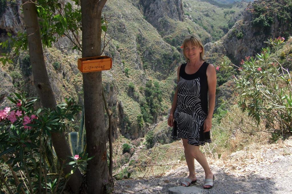 Vom Höhlenrand aus blickt man hinunter zur Tapolia-Schlucht