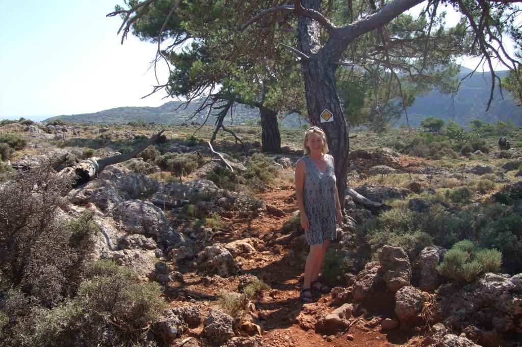 Der Europäische Fernwanderweg E4 führt über eine Hochebene zu den Ruinen des antiken Lissos