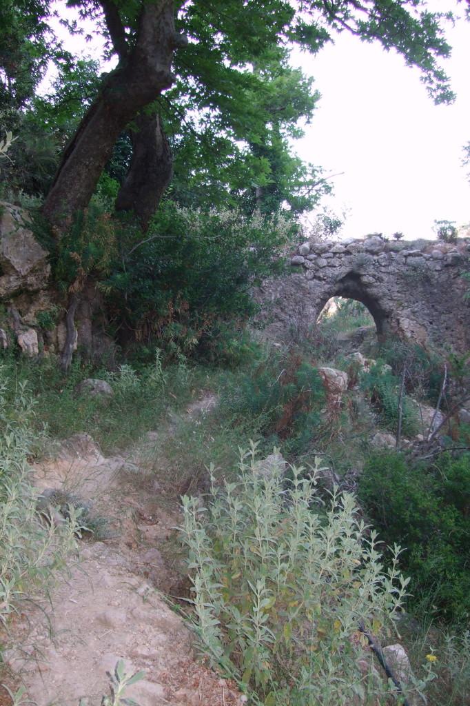 Man trifft auf Reste von Mühlen und Kanälen
