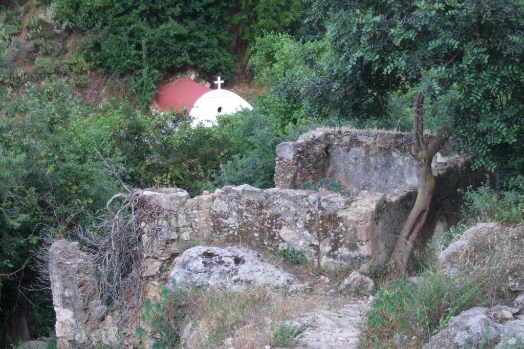 Auch eine kleine Kirche liegt neben den Mühlenruinen