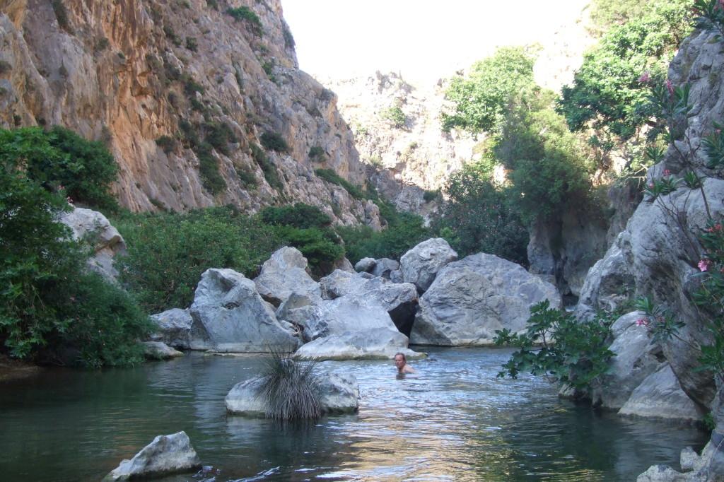 Wir genießen ein Bad im klaren Süßwasser-Fluss