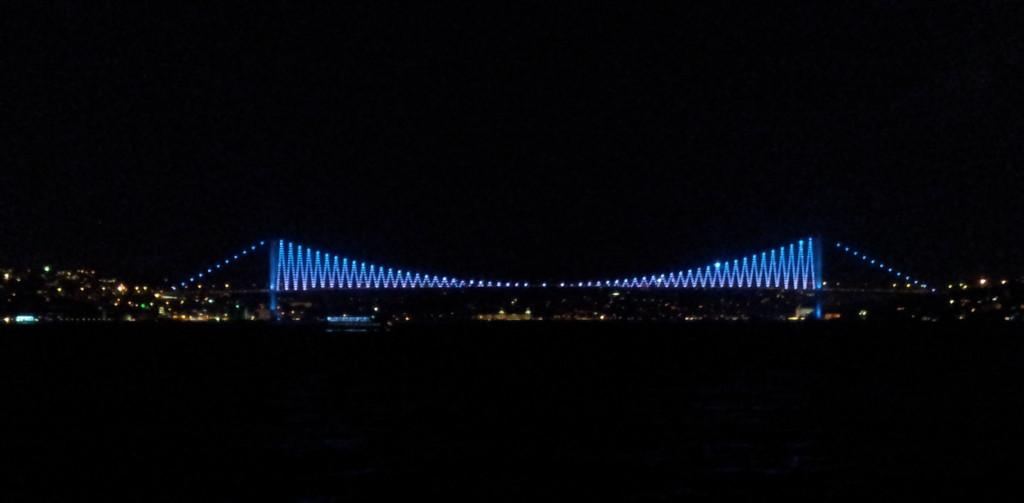 Die Bosporos-Brücke von der Fähre aus.
