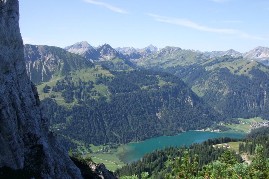 Vom Friedberger Klettersteig blickt man hinunter zum Tannheimertal und dem Haldensee