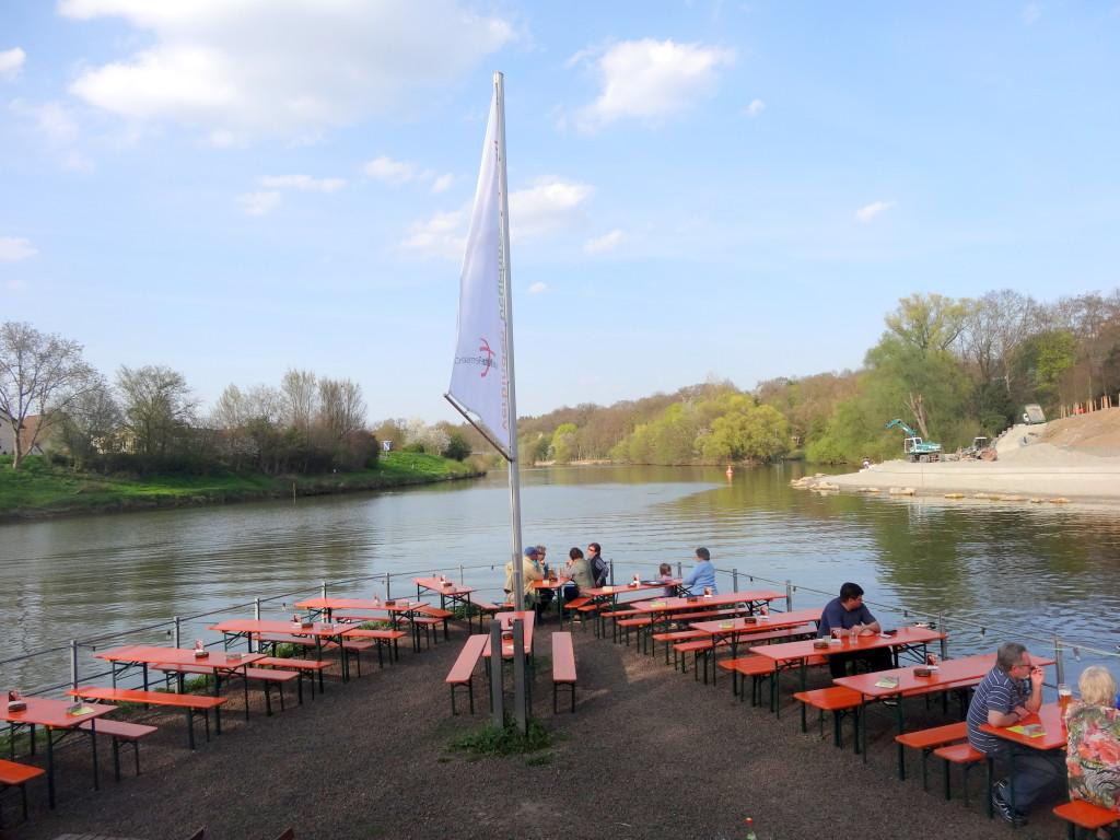 Stattdessen machen wir unsere Pause im Biergarten auf der Rems-Insel in Neckarrems