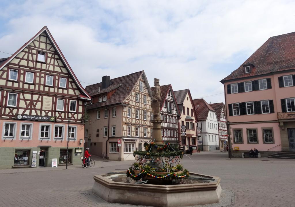 Gleich hinter dem Kloster liegt der historische Stadtkern mit Marktplatz und Rathaus