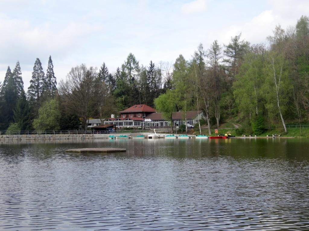 Man kann den See spazierengehend umrunden, Boot fahren, baden, angeln. Es gibt Kinderspielplätze, Minigolf, Campingplatz und natürlich ein Restaurant und diverse Kiosks.