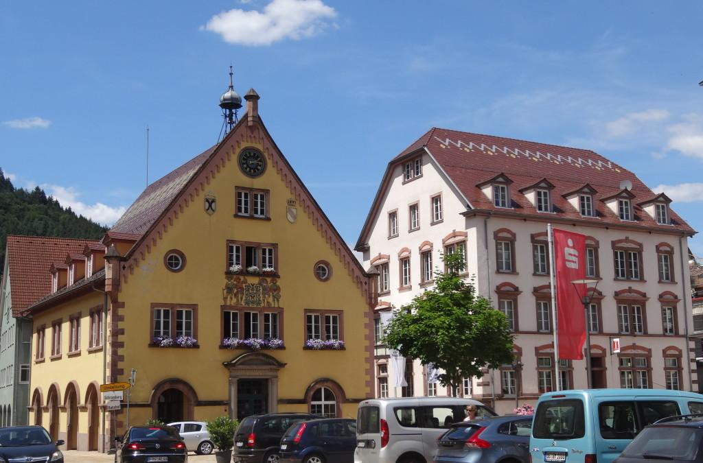 Zwei Generationen von Rathaus in Hornberg