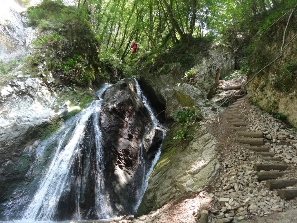 Seilbrücke und Wasserfall