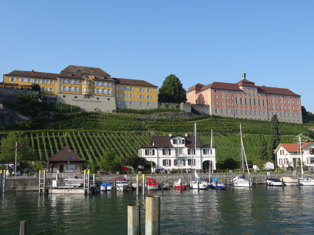 Oberhalb des Hafens liegt das Weingut und das Internat