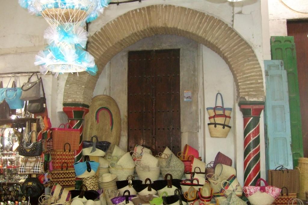 Die Verkaufsstände drängen sich bis in die Torbögen der Großen Moschee