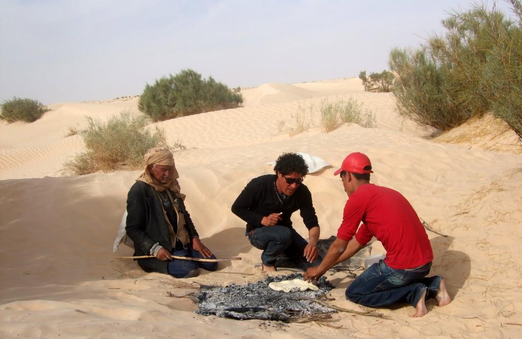 Wüstenbrot, in der Glut gebacken. Ein Ziegenhirte kommt vorbei für ein Schwätzchen. Seine Ziegen fressen solang an dem kargen Gestrüpp