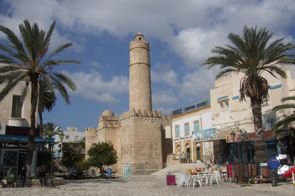 Der hohe Turm des Ribat von Sousse diente als Minarett für die große Moschee daneben