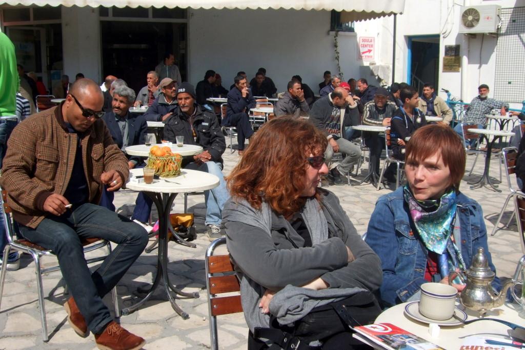 Unter Männern... Unser liebster Platz ist das zentrale Cafe bei der Großen Moschee
