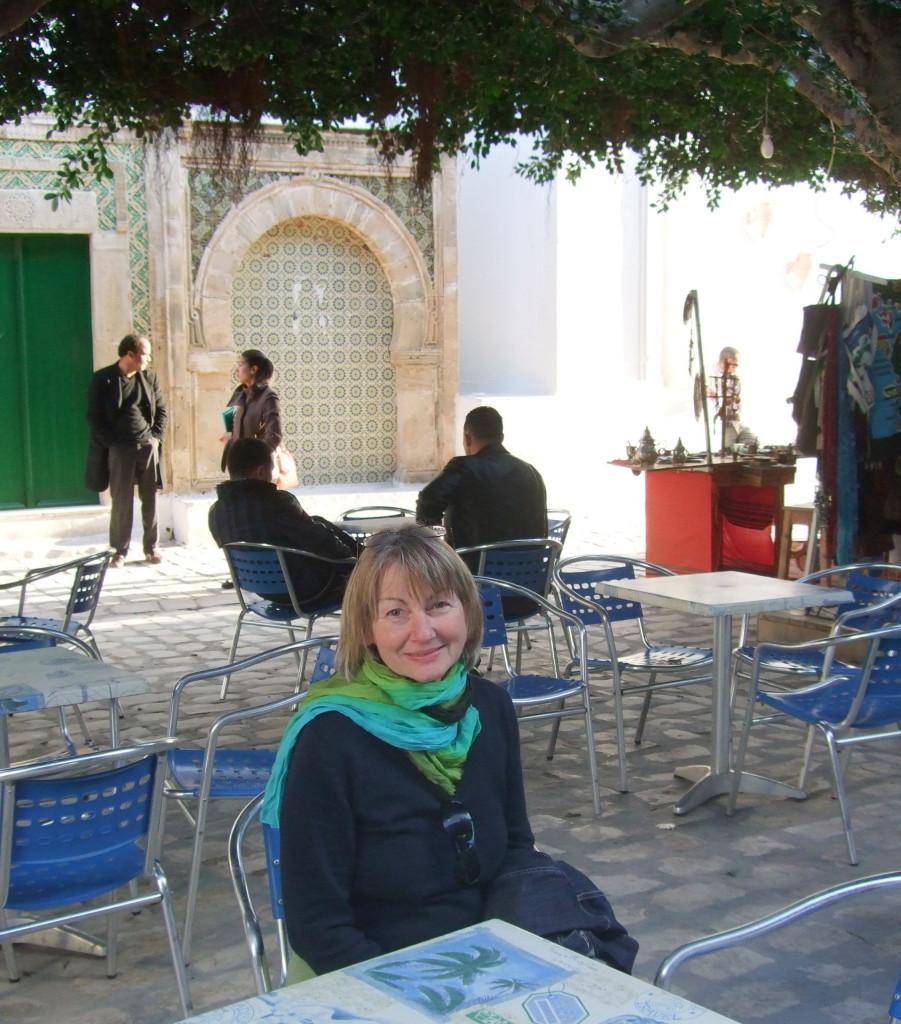 Ein besonders idyllischer Ort in der Medina von Mahdia ist der Place du Caire. Mit Blick auf die kleine Moschee, im Schatten der Bäume, genießen wir unseren Cafe