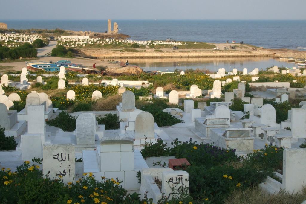 Ein stimmungsvoller Abendspaziergang: Oberhalb die Festung, immer Blick aufs Meer, wandert man entlang des muslimischen Friedhofs und römischer Relikte rund ums Cap Africa.