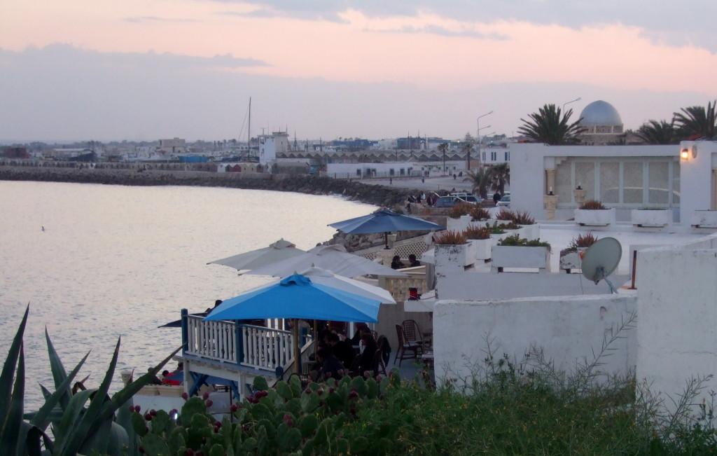 Direkt am Meer gibt es das aussichtsreiche Cafe Sidi Salem. Hier genießen wir die letzten Sonnenstrahlen und den Sonnenuntergang