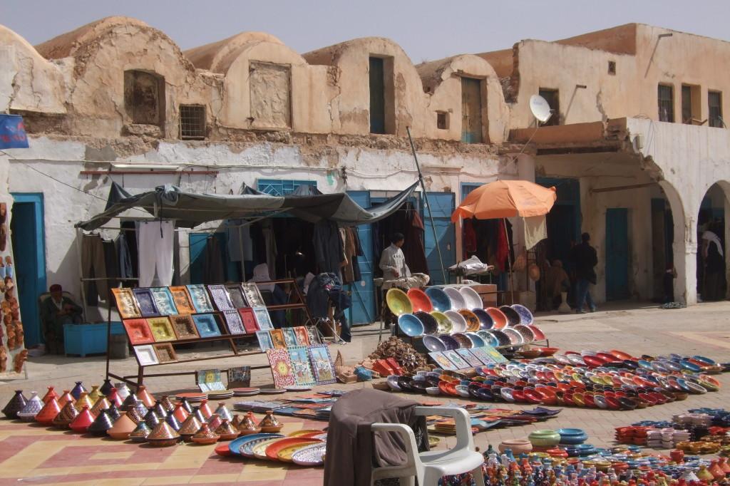 Marktplatz von Tatouine.Hier kauften wir die Ausrüstung für die Wüste: Beduinentuch für die Sonne und Burnus für die kühle Nacht