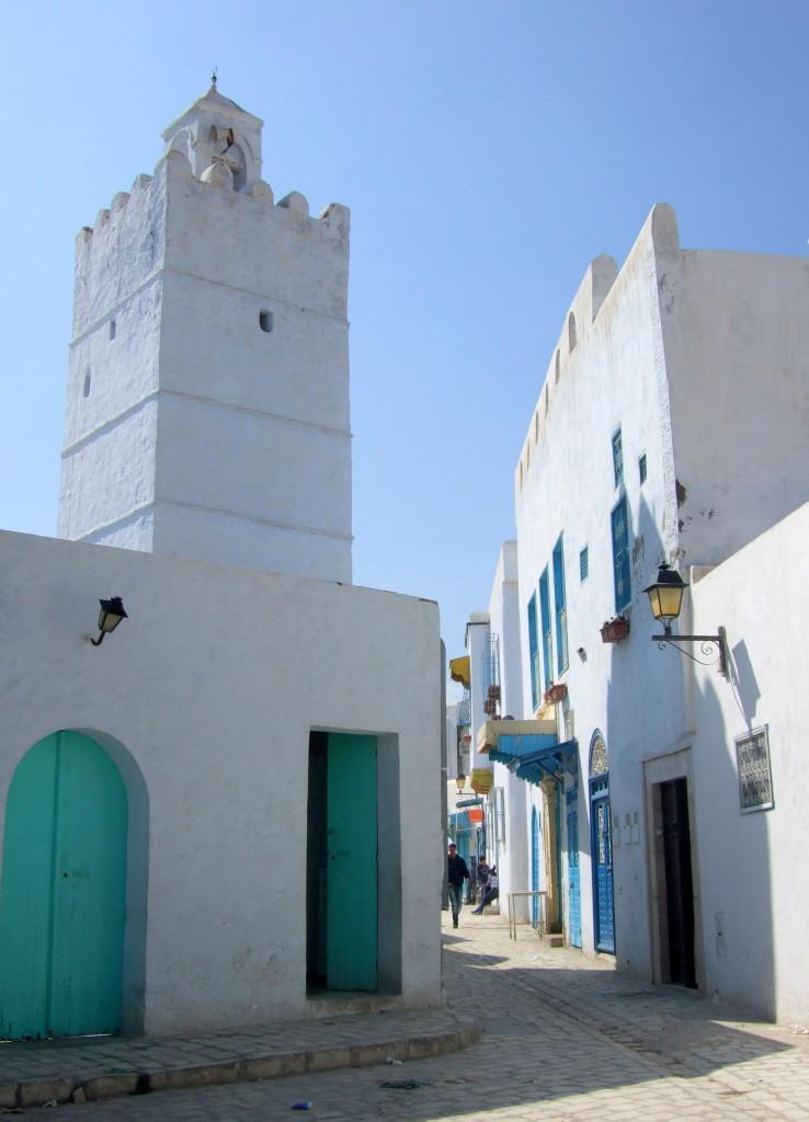 """Moscheen erkennt man an den grünen Toren, die Türen der """"weltlichen"""" Häuser sind blau"""