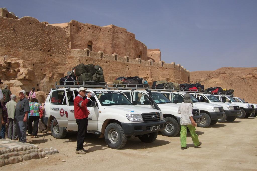 Kurzer Stop am Ksar. Ein Ksar ist eine befestigte Wohnanlage in der Wüste. Im Süden Tunesiens gibt es sehr viele davon. (Welcher Ksar war das bloß noch mal...?)
