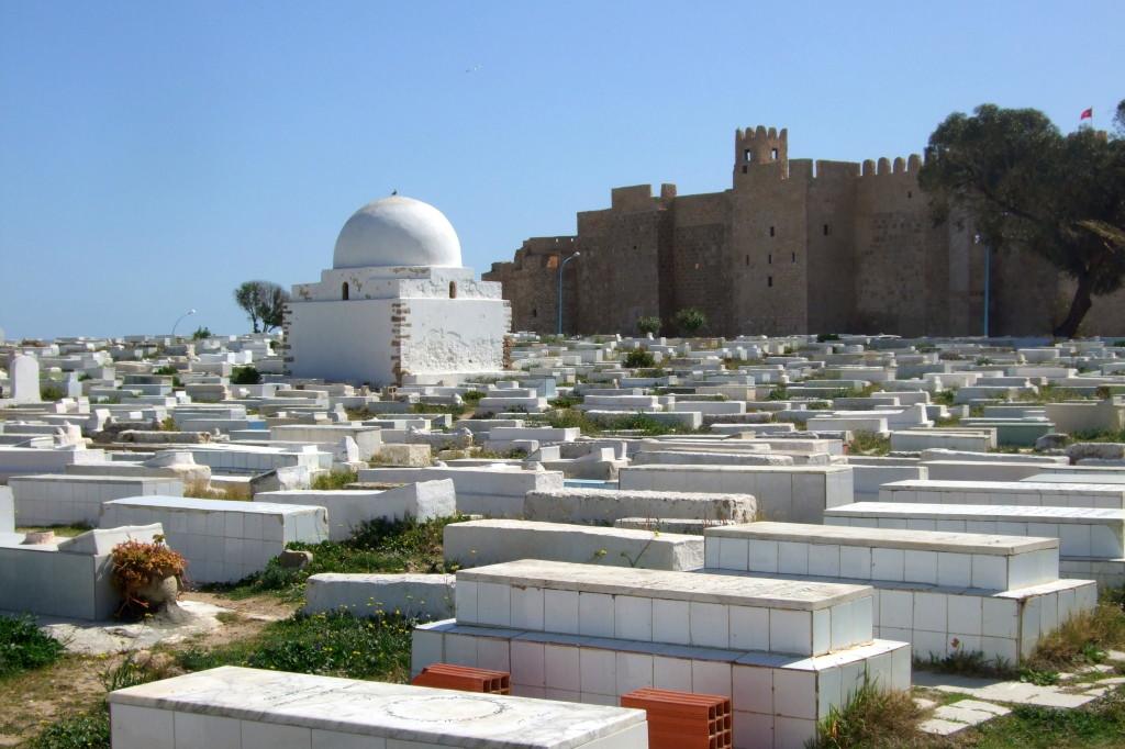 Der riesige islamische Friedhof, im Hintergrund der perfekt restaurierte Ribat. Er diente schon als Filmkulisse für mittelalterliche Burgen.