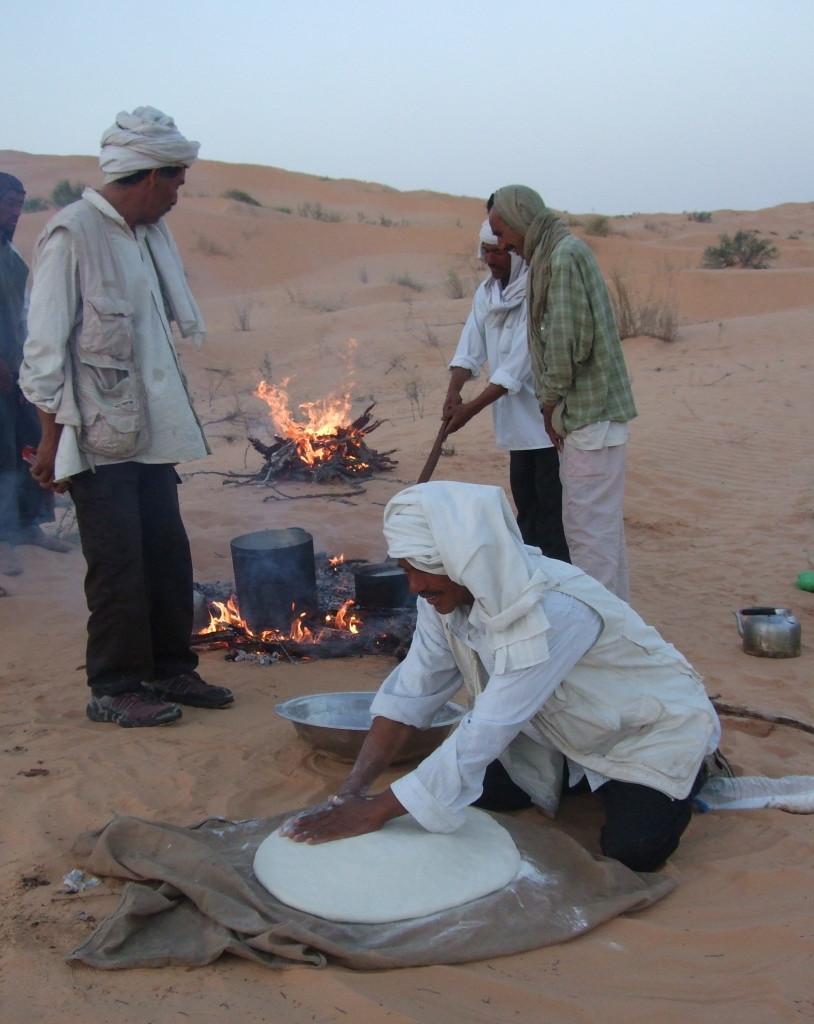 Wüstenbrot zum Abendessen, von den Beduinen in der Glut gebacken. Mit Gemüse oder Salat... super lecker!
