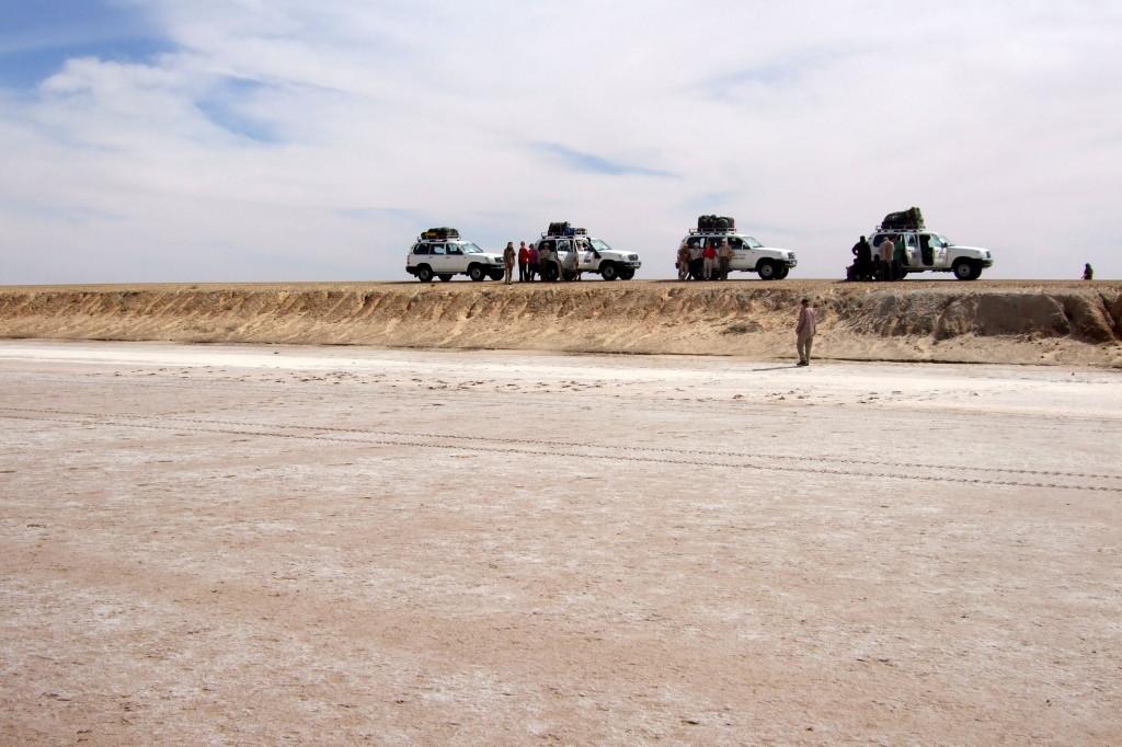 """Den großen Salzsee  durchquert man heute auf einem Damm und geteerter Piste. Früher versanken im Salzsee die Karawanen, wenn sie vom Weg abkamen. Karl May berichtet eindrücklich davon in """"durch die Wüste """".   Der großen Salzsee, Chott el Cherid"""