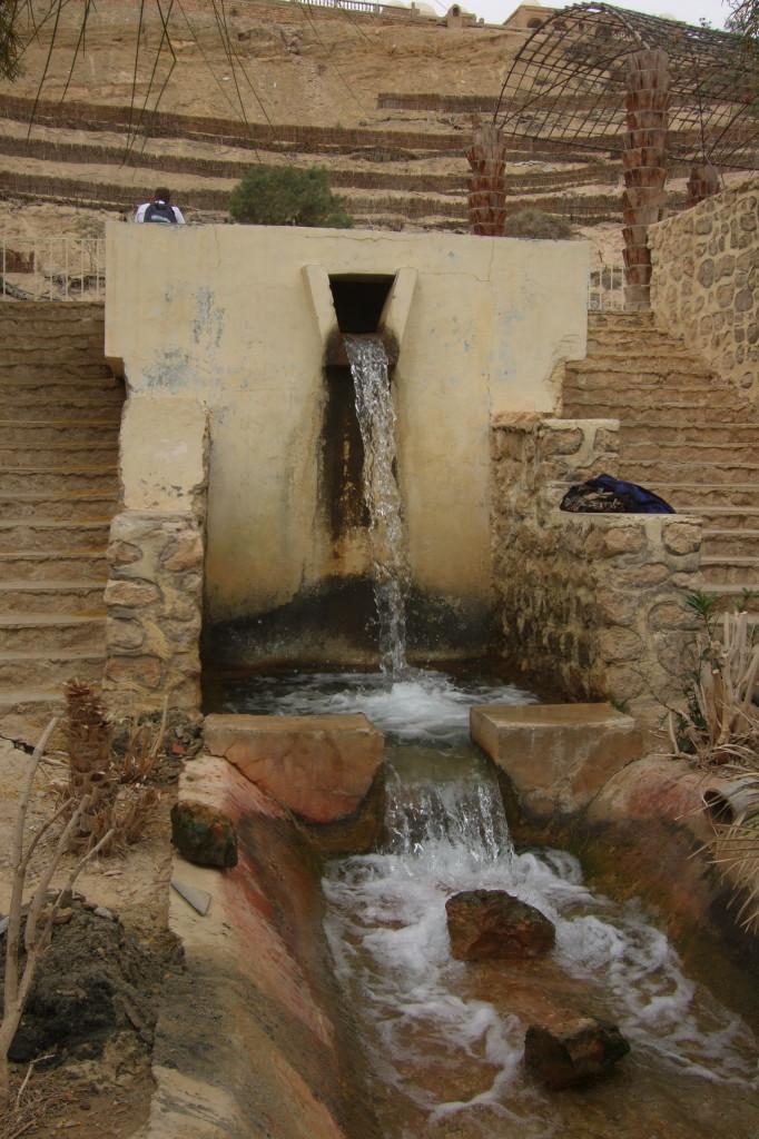 Eine der Quellen auf dem Korbgrund. Viele der ehemals 150 Quellen von Nefta sind aufgrund der intensiven Wasserentnahme versiegt. Heute kommt das Wasser aus tiefen Brunnen und Pumpanlagen.