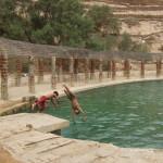 Kinder und Jugendliche freuen sich an dem Wasserspeicher. Man stelle sich vor: Rund um die Oase gibt es nur Sand und Wüste