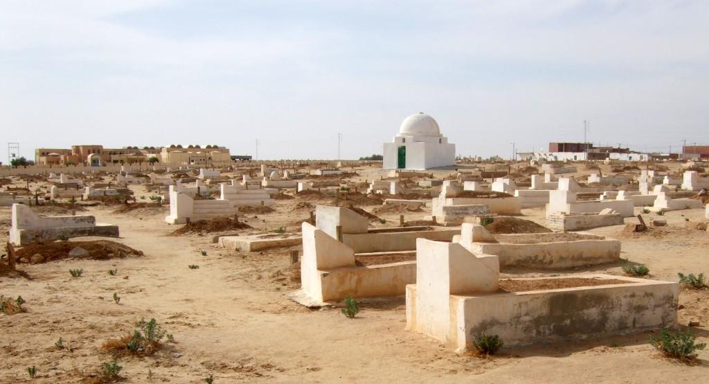 Islamischer Friedhof am Rande der Corbeille. Die Gräber sind nach Mekka hin ausgerichtet.