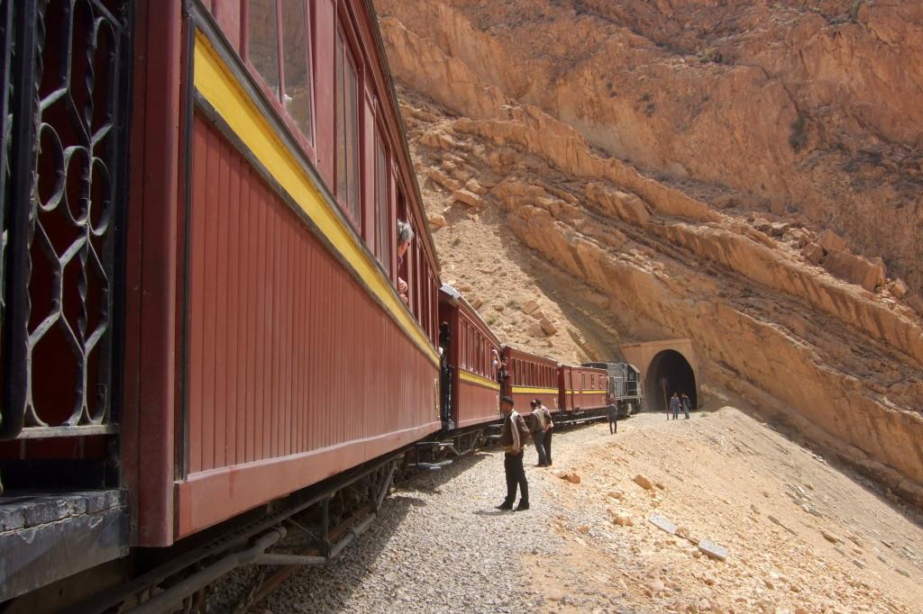 Mit der Schmalspurbahn von Metlaoui durch die Sedija-Schlucht. Im Komfortablen Salonwagen durch eine karge Landschaft und viele Tunnels