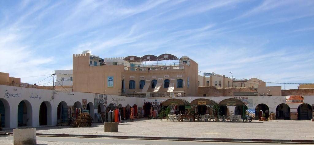 Das Herz von Douz ist der große arkadengesäumte Marktplatz. Hier verlocken Cafes mit frischem Orangensaft zu einer Pause
