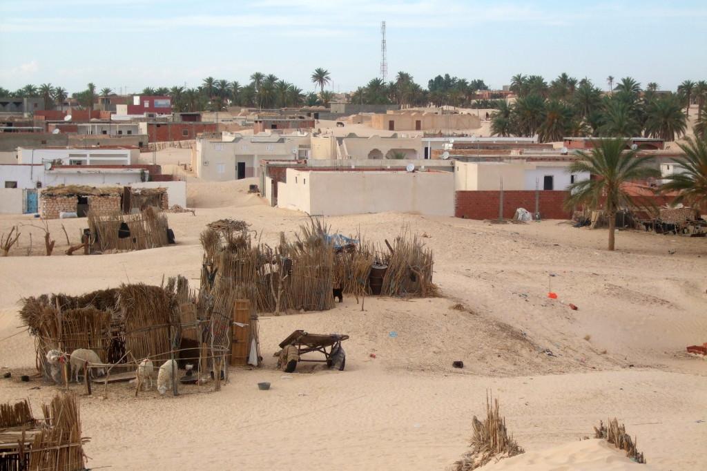 Die Oase Sabria mit Wohnhäusern und Ställen