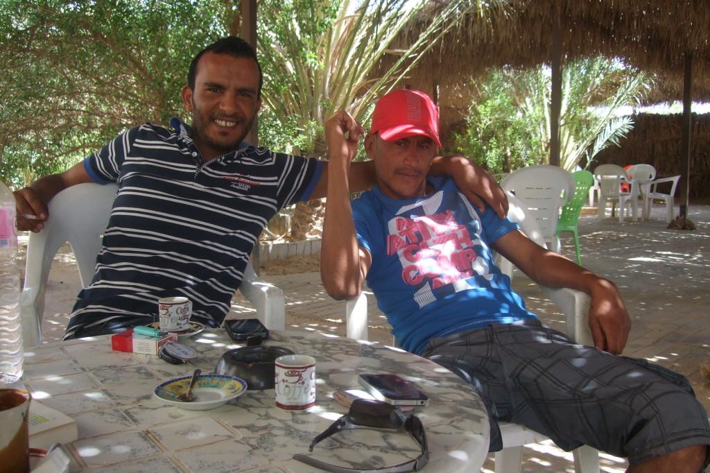 Relaxen im schattigen Cafe der Pegase-Touristenstation. Monir organisiert den Ablauf auf der Station, und begeisterte Allrad-Fahrer Walid träumt davon, einmal die Rally Paris-Dakar mitzufahrenR