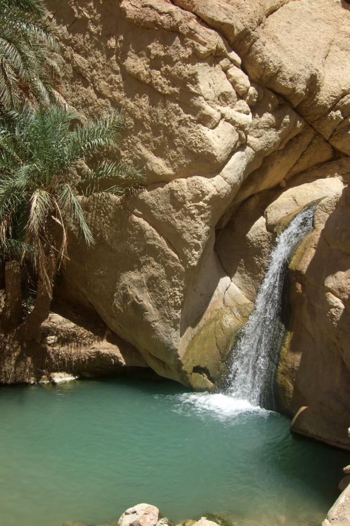 und kommt zu einem kleinen See mit Wasserfall
