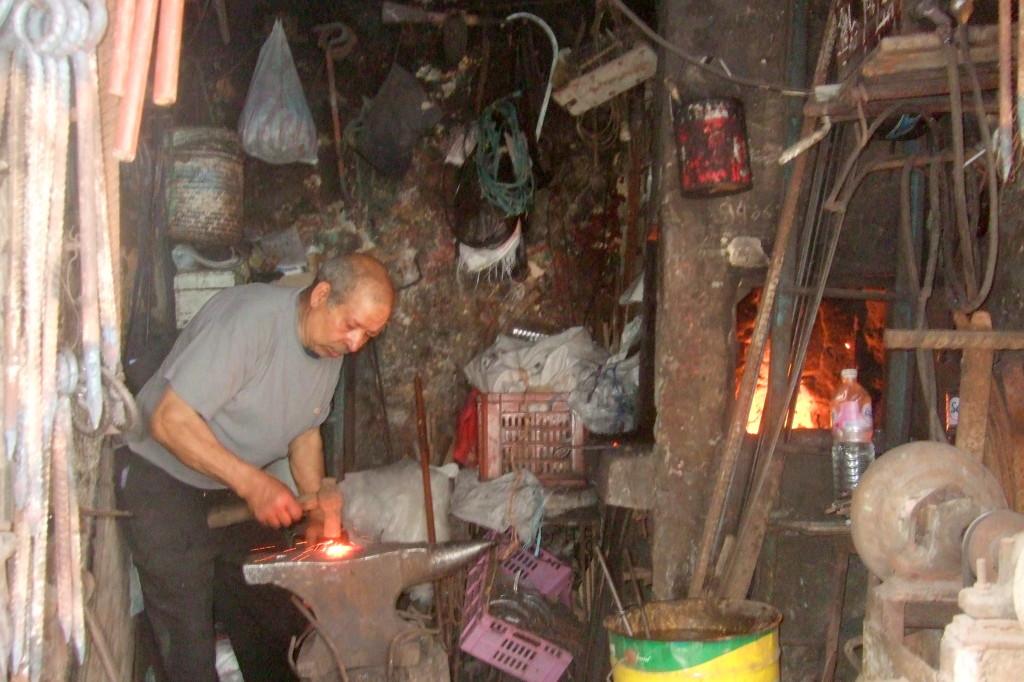 In der Altstadt gibt es eine Gasse der Schmiede. In einige der kleinen Betriebe darf man hineinschauen
