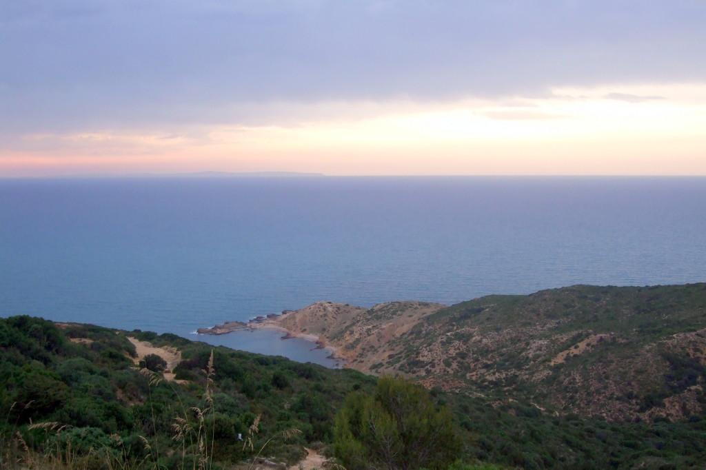 Korbous liegt auf der Halbinsel Cap Bon, direkt am Golf von Tunis. Wir genießen die Abendstimmung, die Ruhe, die Steilküste und das viele Grün