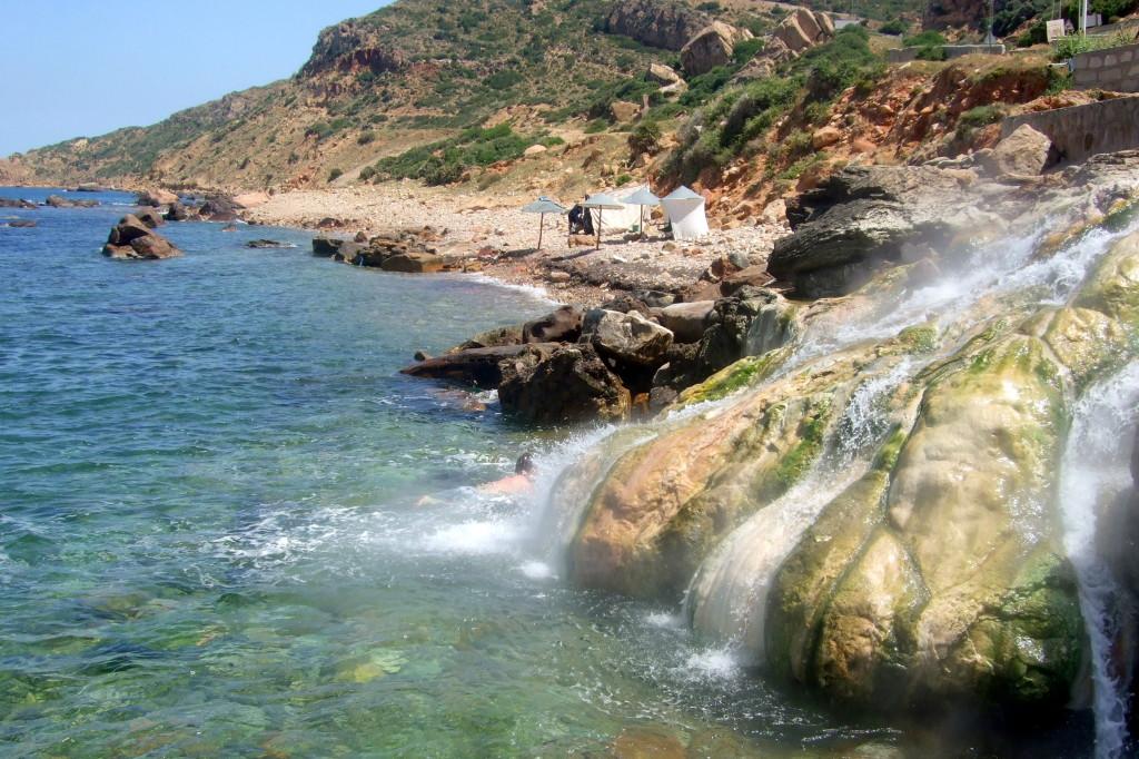 Das heiße Wasser vermischt sich mit dem Meerwasse, und es ist ein ganz ungewöhnlicher Genuss, hier zu baden