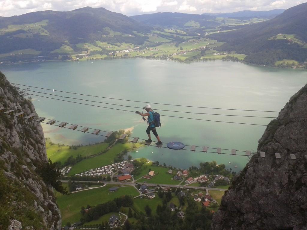 Die 25 Meter-Hängebrücke in gigantischer Kulisse
