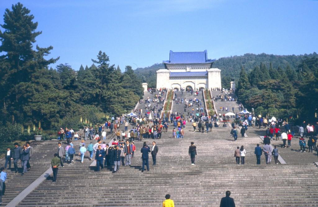 Das Mausoleum liegt in einer hügeligen Landschaft etwas ausserhalb der Stadt und lohnt einen Ausflug